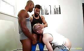 Hunk Gym Buddies In Interracial Threesome