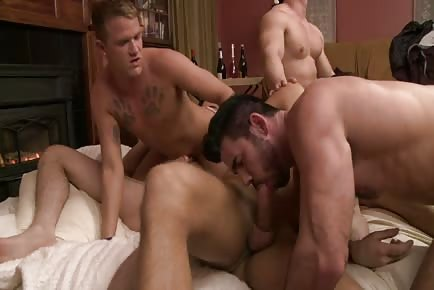 Orgy of muscular hunks blowing and fucking