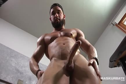 Super ripped hunk Zack jerks off in his home gym